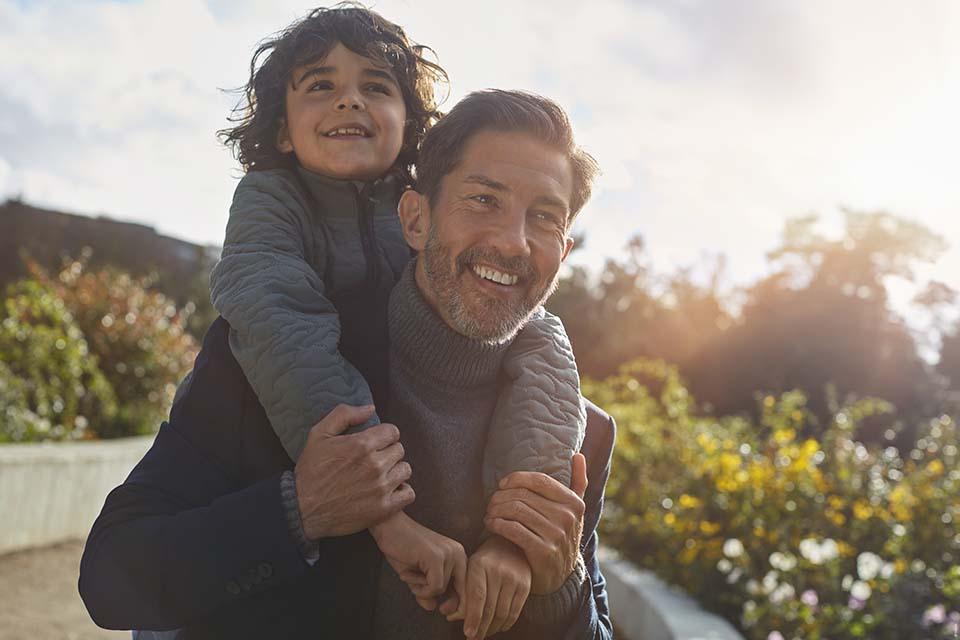 oticon_opn_s_energized_dad_and_son_in_park_300dpi_c_oticon