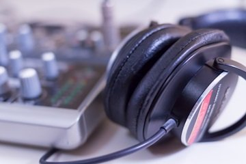 how-modern-tech-is-damaging-our-hearing3